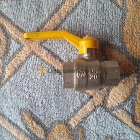 Zawór kulowy DN20 z żółtą rączką.
